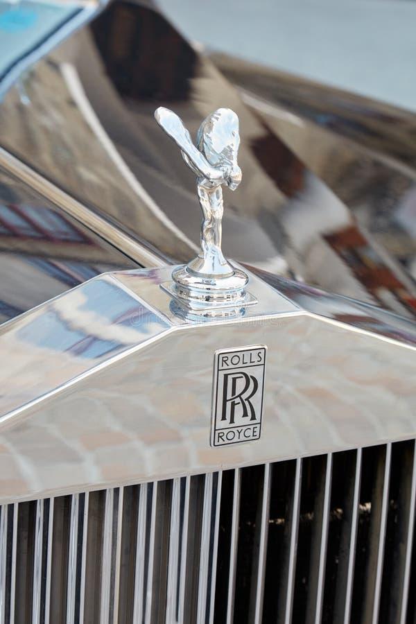 Logotipo luxuoso e estátua do carro de Rolls Royce em Sankt Moritz, Suíça imagens de stock royalty free