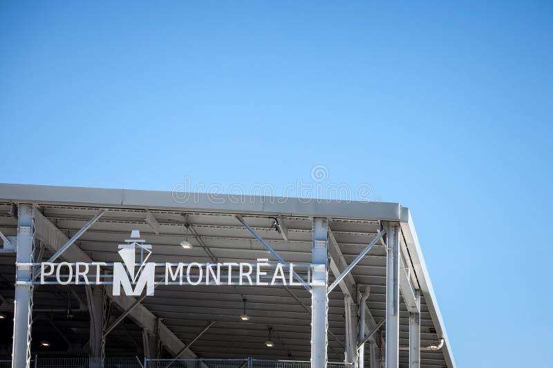 Logotipo portuário do de Montreal, na frente de suas docas em Montreal velho, Quebeque foto de stock