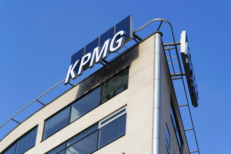 Logotipo profissional de KPMG da empresa de serviços na construção das matrizes checas fotografia de stock