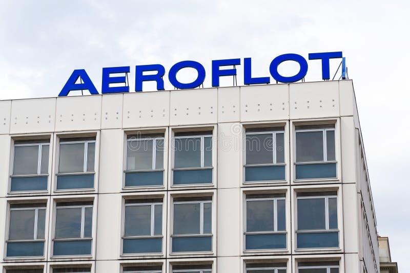 Logotipo ruso de la compañía de líneas aéreas de Aeroflot en las jefaturas que construyen en Berlín, Alemania fotografía de archivo