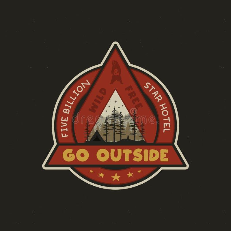 Logotipo tirado mão da aventura com barraca do acampamento, montanhas, floresta dos pinheiros e citações - vá exterior, selvagem  ilustração royalty free