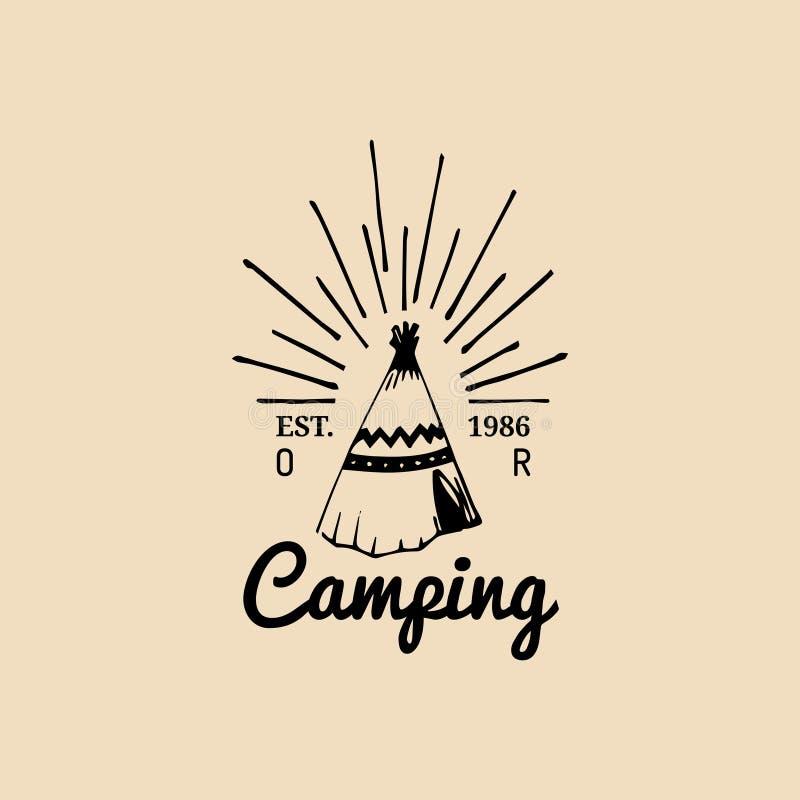 Logotipo tribal do acampamento do vetor Sinal do turista com a tenda indiana tirada mão Emblema retro do moderno, etiqueta de ave ilustração royalty free