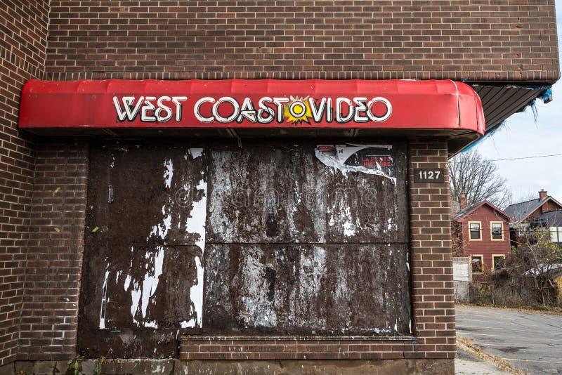 Logotipo video da costa oeste na frente de sua antiga loja, abandonada, em Ottawa, Ontário imagens de stock royalty free