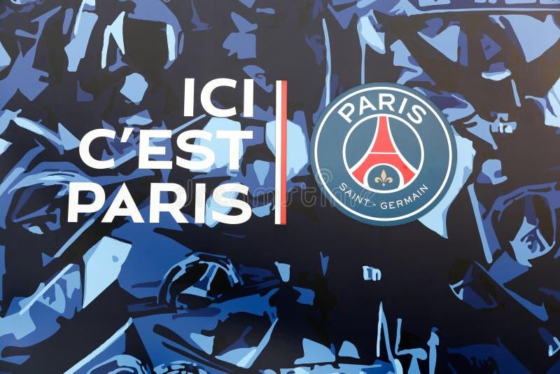 Logotipo y lema de PSG en la pared de Parc des Princes, Francia foto de archivo
