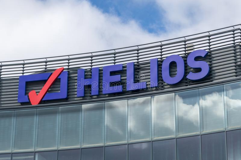 Logotipo y muestra del Helios El Helios es operador múltiplex del cine en Polonia imágenes de archivo libres de regalías