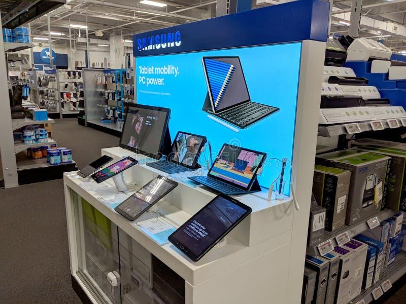Logotipo y Tablet PC de Samsung dentro de la tienda de Best Buy imagen de archivo
