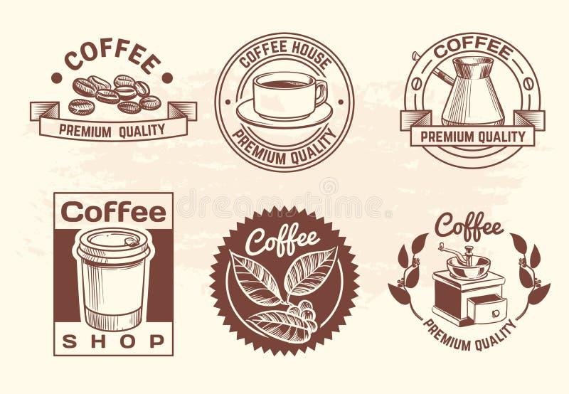 Logotipos calientes dibujados mano del café de las bebidas del vintage con la taza y las habas Etiquetas aisladas del vector de l stock de ilustración
