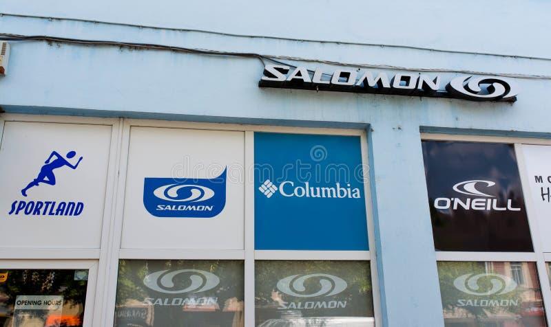 Logotipos do negócio de Salomon, de Colômbia e de O Neill na rua fotografia de stock royalty free