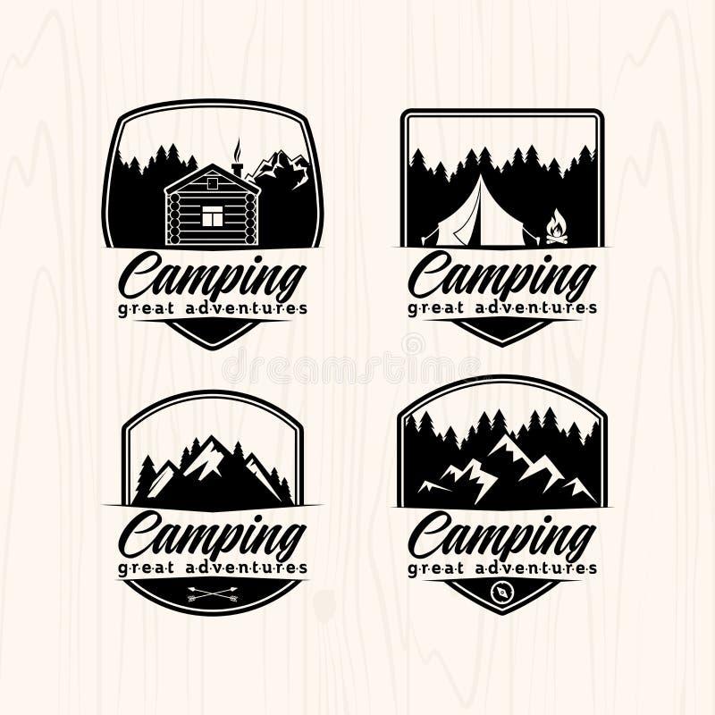 Logotipos e etiquetas dos crachás do acampamento de verão para algum uso, na textura de madeira do fundo ilustração royalty free