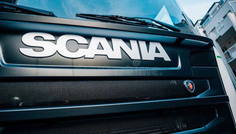 Logotype de Scania sur l'avant du camion G410 images stock