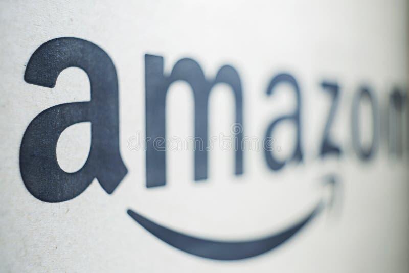 Logotype noir et blanc d'Amazone imprimé sur le papier photos stock