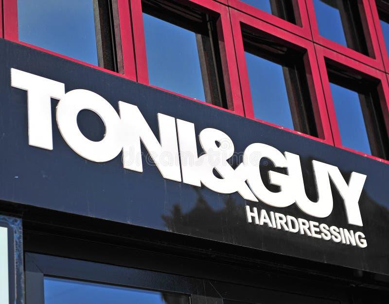 Logotype van Tony&Guy-herenkapper in Boedapest stock afbeelding