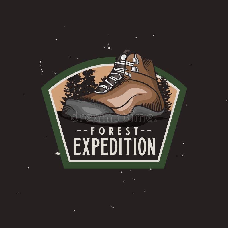 Logotype variopinto d'annata di spedizione della foresta con l'escursione della scarpa di trekking, distintivo d'annata illustrazione di stock