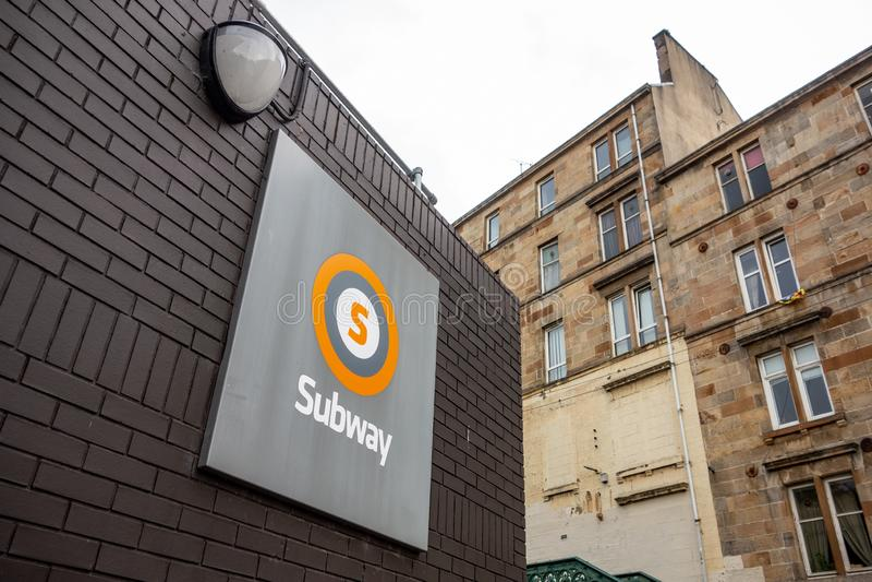 Logotypen för ett tunnelbanesystem i Glasgow i Förenade kungariket ovanför ingången royaltyfria foton