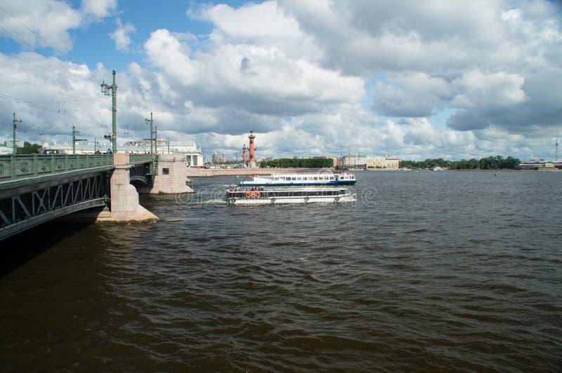 Logout van boten onder de brug royalty-vrije stock afbeeldingen