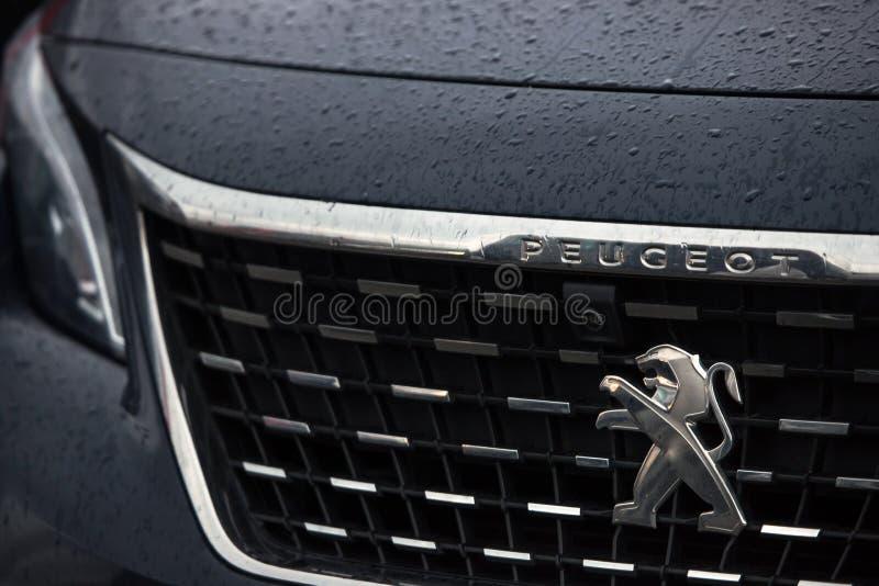 Logowanie się w samochodzie Peugeot w wilnsdorf niemcy fotografia royalty free