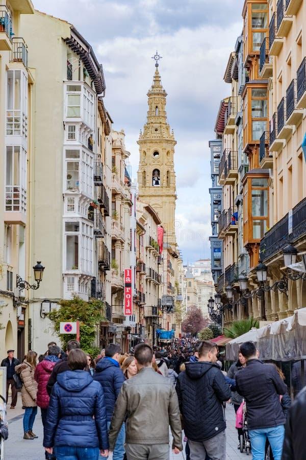 Logroño, La Rioja, Испания 22-ое апреля 2018: Центральная улица в старой части города вызвала Portales совершенно полным wa люде стоковое фото rf