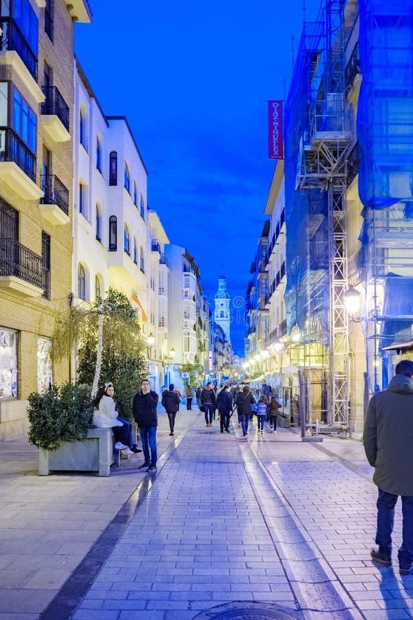 Logroño, La Rioja, Espanha 23 de abril de 2018: A imagem da noite da rua chamou de los Arcos, a rua principal no centro históric imagem de stock