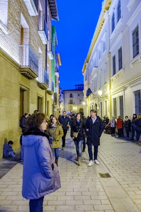 Logroño, La Rioja, Espanha 23 de abril de 2018: Imagem da noite de uma rua do centro na parte velha da cidade completamente dos  fotografia de stock