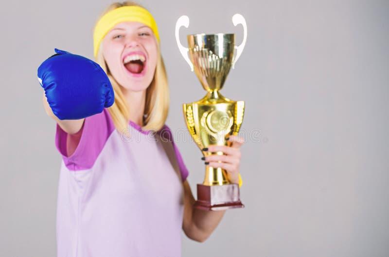 Logro del deporte Celebre la victoria Campe?n del boxeo Guante de boxeo atl?tico de la muchacha y cubilete de oro Deporte del des fotos de archivo