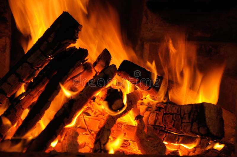 Logs brûlant sur l'incendie photographie stock libre de droits