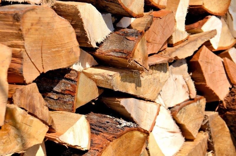 Logs de bois empilés pour une cheminée image stock