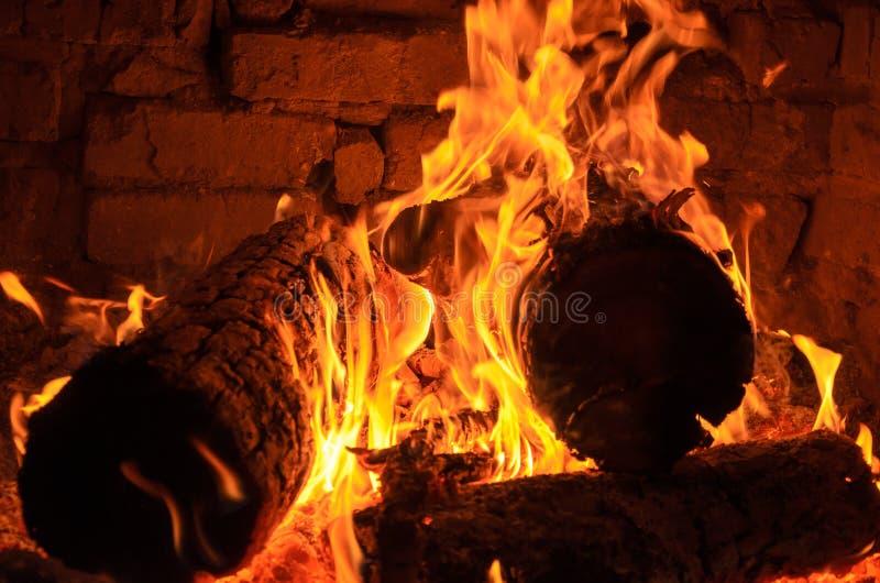 Logs, die auf Feuer brennen stockbilder