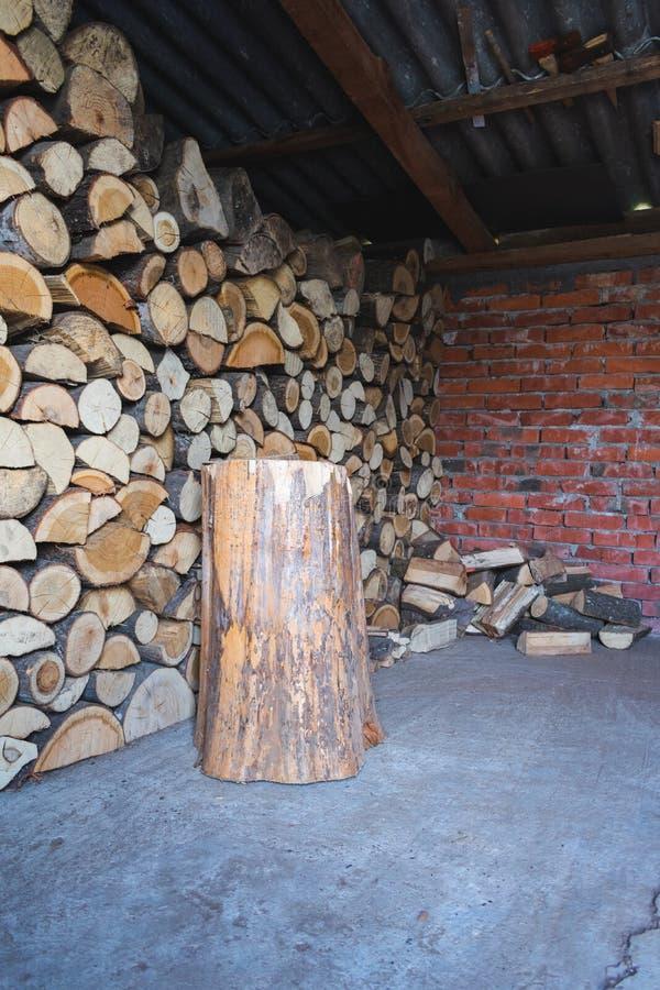 Logs para o inverno em uma vertente fotos de stock