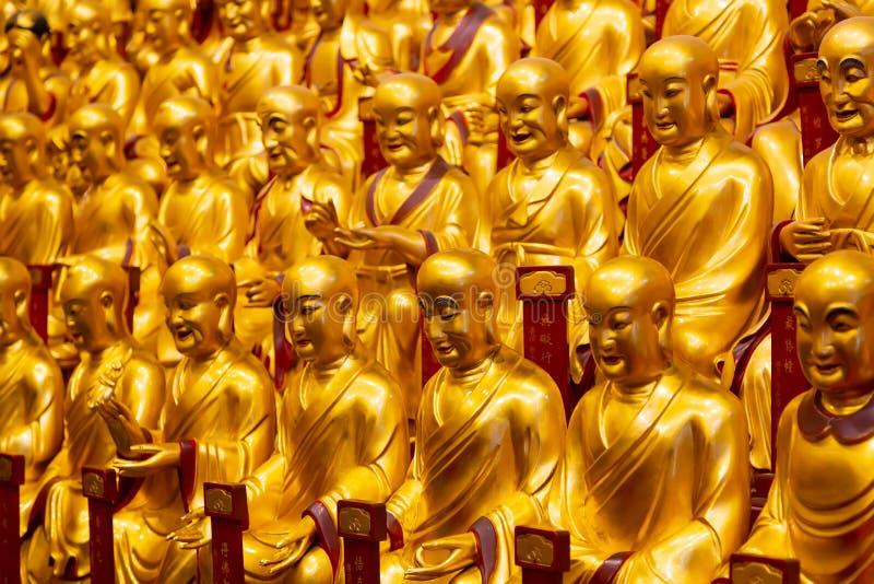 Lohans的很多金雕象在龙华寺的在上海,中国 著名佛教寺庙在中国 库存图片