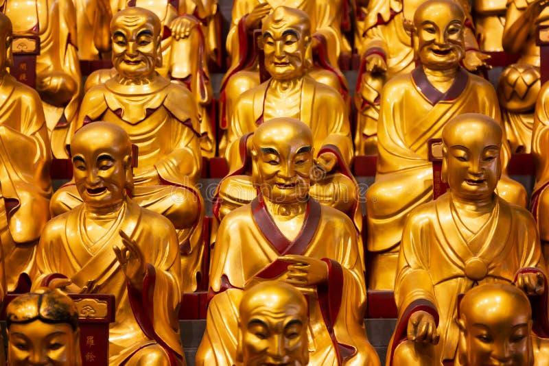 Lohans的很多金雕象在龙华寺的在上海,中国 著名佛教寺庙在中国 免版税库存照片