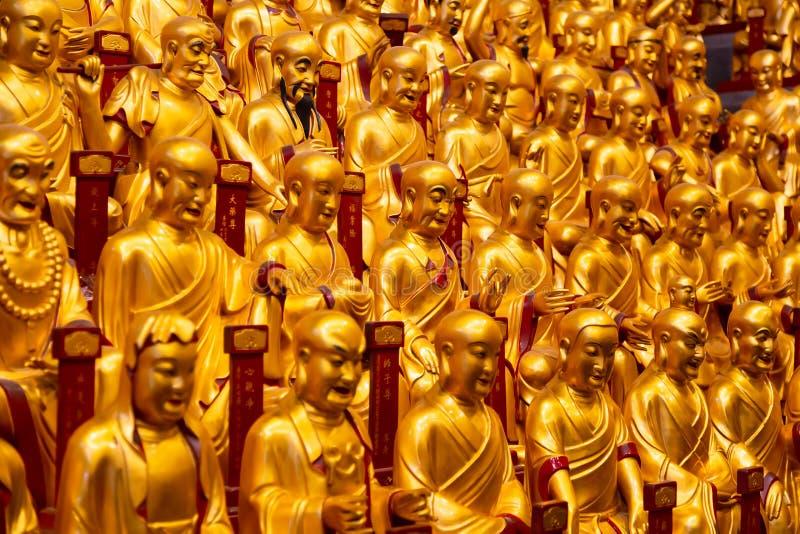 Lohans的很多金雕象在龙华寺的在上海,中国 著名佛教寺庙在中国 免版税库存图片