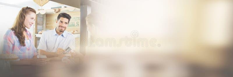 Lohnliste der Paare an der Kaffeestube unter Verwendung der Karte lizenzfreies stockfoto