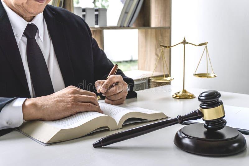 Loi, concept de mandataire d'avocat et de juge, avocat masculin ou notaire travaillant à l'des documents et le rapport du cas imp images stock