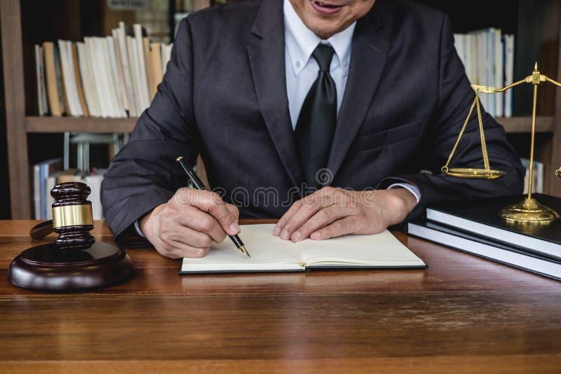Loi juridique, concept de conseil et de justice, marteau de juge avec des avocats de justice, conseiller dans le costume ou avoca photographie stock libre de droits