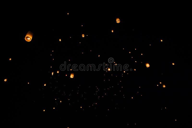 Loi Krathong en Yi Peng gaf document lantaarns op de hemel tijdens nacht vrij royalty-vrije stock foto