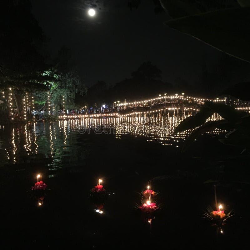 Loi Krathong, notte della luna piena al ponte di Srakaew, Nakorn Pathom, Tailandia fotografie stock