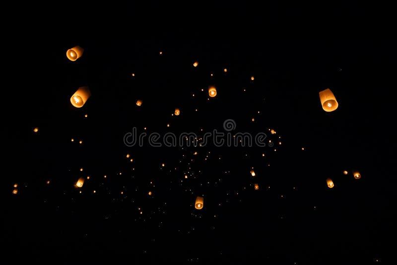 Loi Krathong y Yi Peng lanzaron las linternas de papel en el cielo durante noche fotografía de archivo
