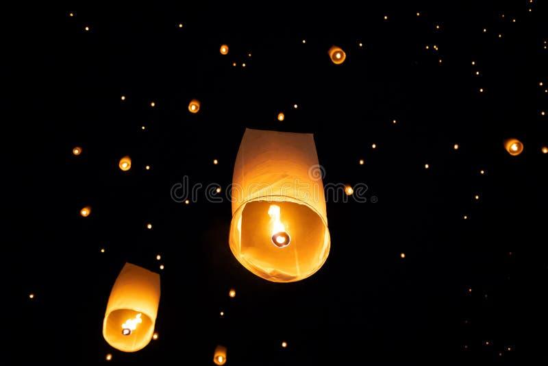 Loi Krathong y Yi Peng lanzaron las linternas de papel en el cielo durante noche foto de archivo libre de regalías