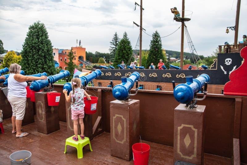 Loifling, Alemanha - 26 de julho de 2018: Os povos estão tendo o tiro do divertimento das armas do brinquedo entre si Piratas das fotos de stock