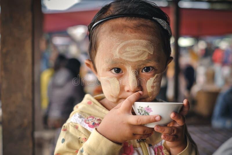 Loikaw, Myanmar - Mei 25, 2016: Portret van meisje in Myanm royalty-vrije stock afbeelding