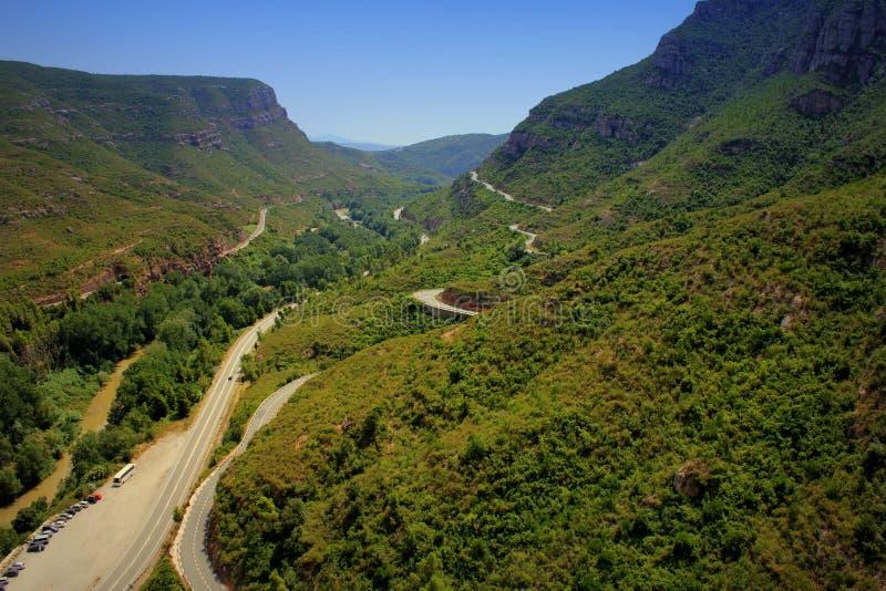 Loin au-dessus de la longue route parmi les montagnes photographie stock libre de droits