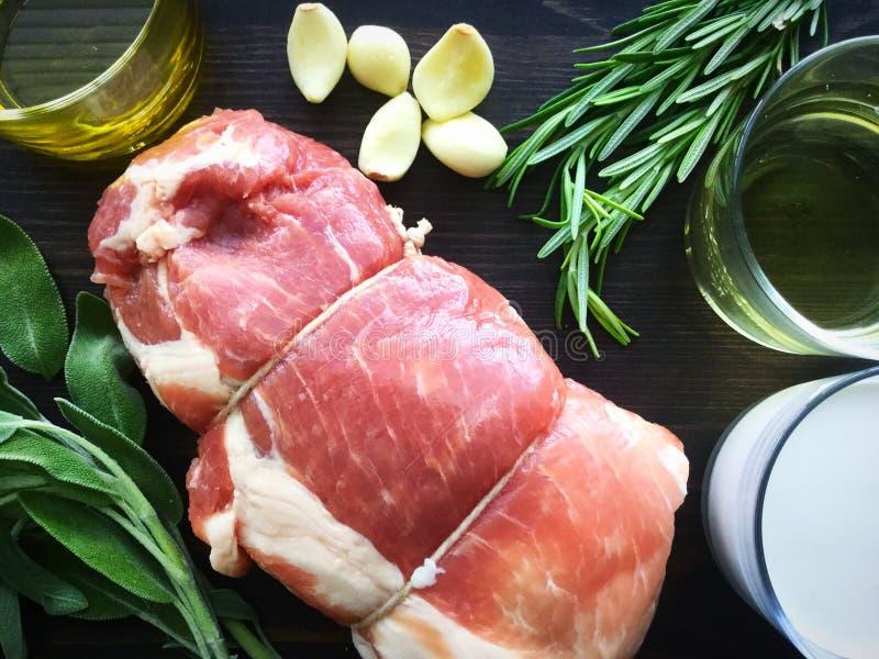 Loin de cerdo con ingredientes de vino y hierba grava fotografía de archivo libre de regalías