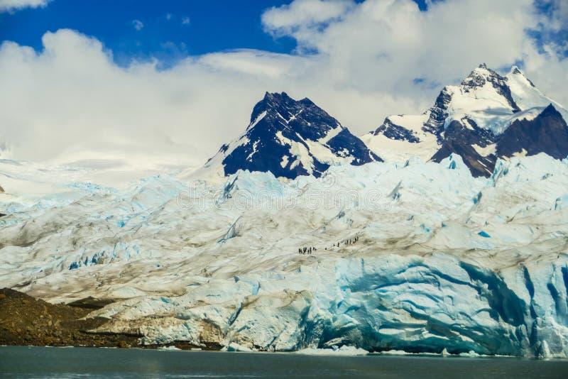 Loin groupe de randonneurs marchant sur la glace photo libre de droits