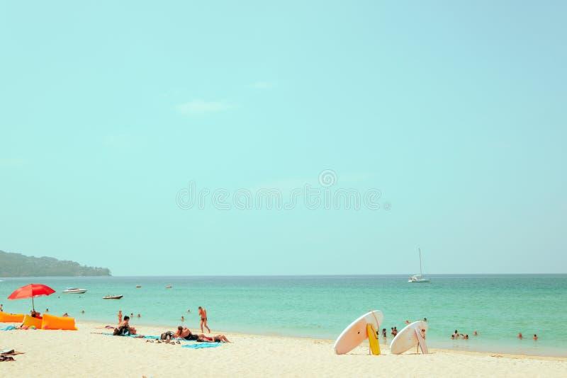 Loin tir d'image et visage brouillé des personnes de foule sur la plage de sable photos stock