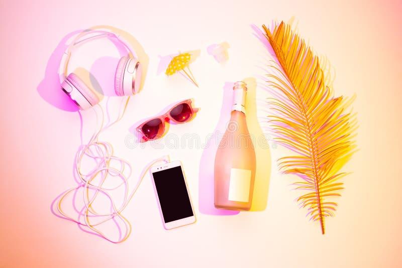 Loisirs d'été - écouteurs smartphone, champagne image libre de droits