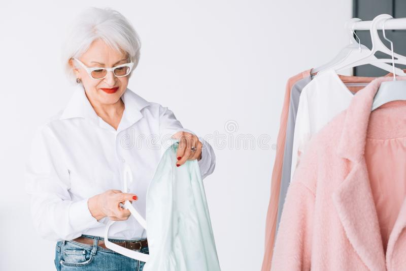 Loisirs de achat de garde-robe supérieure riche de dame photos stock