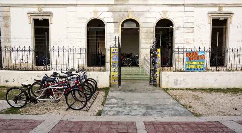 Loja alugado da bicicleta no Paseo Montejo em Merida Mexico foto de stock royalty free