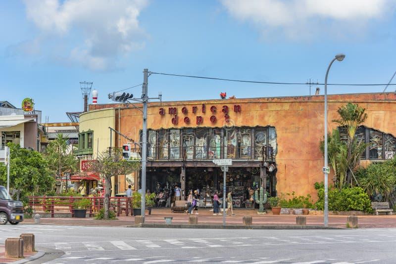 Loja americana do depósito situada na vizinhança americana da vila de Naha City perto da praia do por do sol em Okinawa fotografia de stock