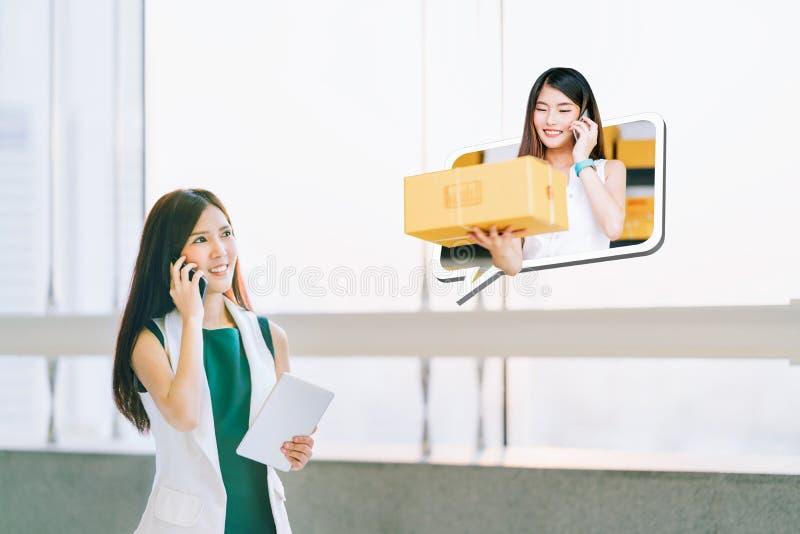 A loja bonita da menina usando o smartphone, comerciante em linha entrega o pacote Uma comunicação do comércio eletrónico, SME qu imagem de stock