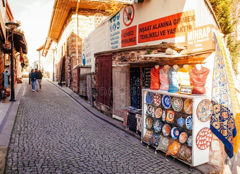 Loja cerâmica da lembrança na aleia pequena perto do palácio de Topkapi, Istanb fotos de stock